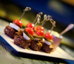 Popeye #Burger. Porção de mini-hambúrgueres com muçarela de búfala, #tomate cereja, #picles e molho especial ($22.90). Happy hour começa às 19h.