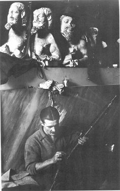 Οι Αγγλοι αλεξιπτωτιστές είχαν καταλάβει την Ακρόπολη στις 6 Δεκεμβρίου 1944 για να μην πέσει στα χέρια του ΕΛΑΣ. Όπλα, κιάλια και μπερέδες κρεμόντουσαν από τα' αγάλματα...