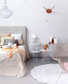 Slaapkamer schoonmaken? Waar moet je beginnen? Hoe vaak moet je je matras keren? En hoe maak je je bed eigenlijk schoon?
