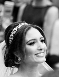 Penteado de noiva - Coque baixo com tiara ( Foto: Fernanda Scott | Beleza: Henrique Mello da Agência First | Tiara: Renata Bernardo )