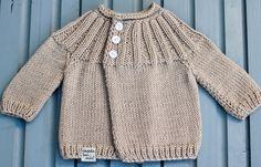 Strickset Baby Jacke. Baby Jacke selbst stricken. In Strickset finden Sie alles, was man dafür braucht. 100% Baby Merino Extrafine für Neugeborene.