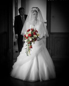 #blackandwhitephoto #marriage #bride #brides #bridal #weddingdress #bridaldress #bridalbouquet #roses #redroses #weddingveil #spotcolour #spotcolor #bridalfashion #andyhuntleyweddingphotography #affordableweddingphotography #affordableweddingphotographer #surreyweddings http://gelinshop.com/ipost/1525609478324490614/?code=BUsDbzNgBF2