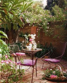 she moves the furniture: Exteriors: Courtyard Gardens
