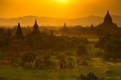 ミャンマー バガン寺院群を染める朝焼けを眺める