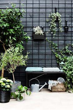 Get inspiration for your garden – Do it yourself / DIY Get inspiration for your t … - Modern Black Garden Fence, Black Fence, Garden Fencing, Garden Landscaping, Outdoor Pots, Outdoor Gardens, Indoor Outdoor, Sport Outdoor, Diy Jardin