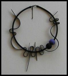 Gummihalsband med två filtade ullbollar.  Rubber necklace with two felted wool balls.