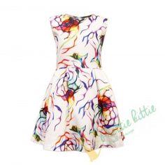 """Kleid """"Glanzlicht"""" Auffallendes ärmelloses Kinderkleid mit leuchtendem überquellenden Blütenmuster auf weissen Hintergrund. Das Modell ist aus weicher hochwertiger Baumwolle genäht und wird mit einem verdeckten Reißverschluss am Rücken geschlossen. Um ein leichtes Volumen zu erzeugen, wurde Tüll auf dem Futter aufgenäht. Dieses Kleid ist geeignet für alle festliche Anlässe und Veranstaltungen. Elegant, Summer Dresses, Fashion, Kids Clothes, Chic, Model, Cotton, Wedding, Classy"""