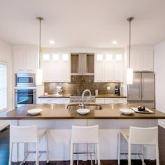 When speaking about modern kitchen designs there are common aspects that come to mind. Clean lines, natural materials and simple ornamentation are elements commonly found in modern kitchen spaces. Apartment Kitchen, Home Decor Kitchen, Kitchen Living, Kitchen Interior, Granite Kitchen Counters, Kitchen Cabinetry, Kitchen Tiles, Kitchen Island, Transitional Kitchen
