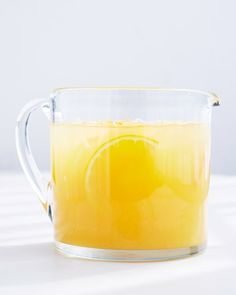 Lend orange juice a floral scent with jasmine tea. The tea will cut the sweetness of the orange juice for a more complex breakfast beverage. Summer Drink Recipes, Summer Cocktails, Tea Recipes, Cocktail Recipes, Breakfast Recipes, Fresco, Homemade Liquor, Jasmine Green Tea, Non Alcoholic Drinks