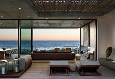 Articolata in diverse aree relax, la sala open space di Pearl Bay Residence è arricchita da pezzi di artigianato locale. L'architetto Gavin Maddock ha enfatizzato la vista sull'Oceano e la luminosità naturale attraverso l'uso di ampie vetrate scorrevoli