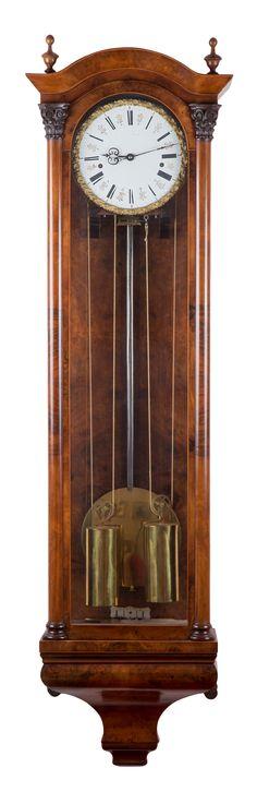 Eine etwas spätere Wanduhr um 1850, gefertig in Wien, besonders  ist der Halbstundenschlag auf Tonfedern und zwei grossen Gewichten mit einer Gangdauer von einem Monat und übergrossen aus den Platinen ragenden Seiltrommeln