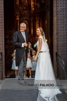 Divertida foto de novia antes de entrar en la iglesia.