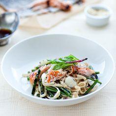Makaron z grillowanym łososiem i szparagami  http://www.kwestiasmaku.com/blog-kulinarny/makaron-z-grillowanym-lososiem-i-szparagami/