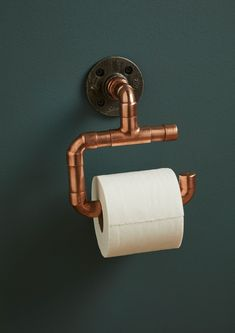 Our on trend Copper pipe & iron toilet roll holder is the perfect accessory for an industrial style bathroom or WC. Match with our copper pipe towel rails and hooks for a complete range!