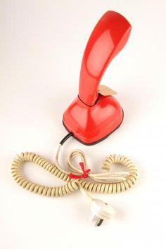 Punainen pöytäpuhelin, jonka numerovalintalevy on puhelimen pohjassa. Puhelin on ollut käytössä lankapuhelinverkossa. Farmer's Daughter, Historian, Landline Phone, Retro Vintage, Nostalgia, Memories, Design, Memoirs, Souvenirs