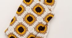 15 Free Sunflower Crochet Patterns Roundup: Brought to you by Edyth Blayn. Check out these GREAT and FREE sunflower crochet patterns! Modern Crochet Patterns, Granny Square Crochet Pattern, Afghan Crochet Patterns, Crochet Squares, Crochet Motif, Blanket Crochet, Crochet Afghans, Granny Squares, Crochet Sunflower
