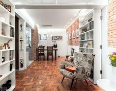Marcenaria inteligente no apê de 48 m²: tem até estante-porta. Fotos publicadas na revista MINHA CASA.