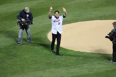 Tonight's ceremonial first pitch was thrown out by @mikepiazza31. #Mets #LGM