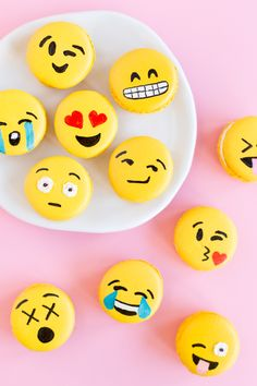 DIY Emoji Macarons-would be cute on cupcakes. Yummy Treats, Delicious Desserts, Sweet Treats, Dessert Recipes, Yummy Food, Healthy Desserts, Cookie Recipes, Party Emoji, Cute Cupcakes