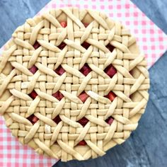 Let's hope your weekend plans include pie! Inside the pie: strawberry rhubarb rose🍴 Beautiful Pie Crusts, Pie Crust Designs, Pie Decoration, Cranberry Pie, Pies Art, Pie Tops, Pie Crust Recipes, Think Food, Sweet Pie