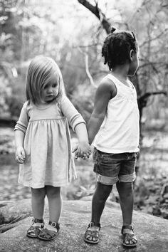 Elles sont nées à des milliers des kilomètres l'une de l'autre mais elles sont à jamais liées. Ces deux soeurs ne sont pas liées par le sang, mais par quelque chose de plus fort. Et leur mère à voulu le capturer et le faire partager. De magnifiques photos ! #famille #sœurs #liens #amour