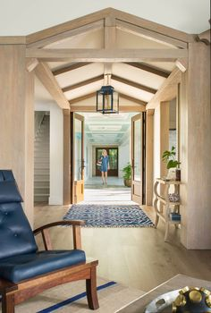 Interior designer Tracie Schumacher of Studio80 Interior Design out of Vail, Colorado may be known for the many amazing mountain homes she's designed, but I absolutely love how she brought he…