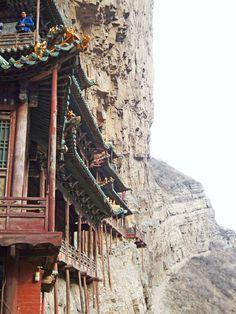 El Templo Colgante de Datong comenzó a construirse durante la dinastía Wei del Norte (北魏) en el año 491 y se ha mantenido en pie durante más de 1.500 años gracias a las restauraciones llevadas a cabo en diferentes dinastías. Las partes salientes de la montaña alrededor del templo lo han protegido del viento y de la lluvia, mientras la cima del este lo ha protegido del sol. http://confuciomag.com/el-templo-colgante-de-datong