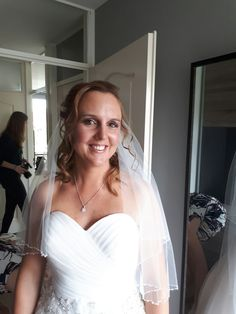 Bruid Olga uit Eemnes haar bruidskapsel en bruidsmakeup aan huis verzorgen ook haar wimperextensions https://hairclusief.nl