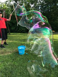 Make the BIGGEST and the BEST bubbles with this simple bubble solution recipe. You'll be the envy of the neighborhood with these giant bubbles! Homemade Bubble Recipe, Homemade Bubbles, How To Make Homemade, Bubble Solution Recipe, Homemade Bubble Solution, Super Bubbles, Giant Bubbles, Bubble Station, Borax Cleaning