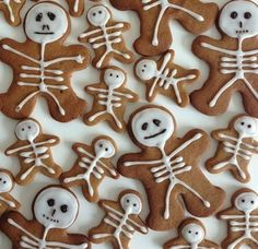 Gingerbread neednt be restricted to Christmas itll do just as well in Halloween! Total Bristol features these adorable little Gingerbread skeletons that look too good to eat! They also make great toppers for Halloween cupcakes. Halloween Torte, Soirée Halloween, Halloween Goodies, Halloween Desserts, Halloween Food For Party, Halloween Birthday, Halloween Decorations, Halloween Cupcakes, Terrifying Halloween