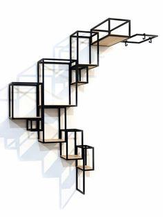 Design wandrek van metaal als een opeenstapeling van elementen die aan je muur omhoog kruipt.