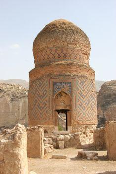 Hasankeyf es una antigua ciudad y distrito ubicado a lo largo del río Tigris, en la provincia de Batman, al sureste de Turquía. Fue declarada Área de Conservación Natural por parte de Turquía en 1981