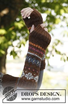 Ravelry: Autumn Aurora - Wrist warmers with fair-isle pattern in Alpaca pattern by DROPS design Fingerless Gloves Knitted, Knit Mittens, Mittens Pattern, Knitting Socks, Knitting Charts, Knitting Stitches, Knitting Patterns Free, Free Pattern, Free Knitting