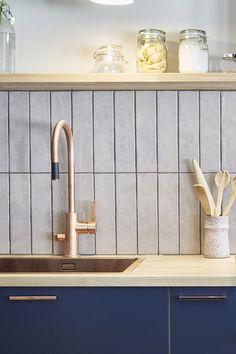 Asuntokaupat sokkona -ohjelman ensimmäisen kauden yhdeksännessä jaksossa keittiö koki täydellisen remontin. Persoonalliseen keittiöön valikoitui Cubixin kuparin sävyiset vetimet, jotka käyvät hyvin keittiön hanan ja altaan kanssa yhteen. #asuntokaupatsokkona #nelonen #jakso9 #vetimet #vedin #sisustus #sisustussuunnittelu #keittiö #keittiösuunnittelu #inspiraatio #ideoita #kitchen #interior #design #Retro #kupari #messingöity #lankavedin #helatukku Hana, Architecture, Retro, Kitchen, House, Ideas, Design, Home Decor, Kitchens