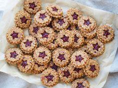 Cranberry, cashew, oat cookies with Chia raspberry jam Low Fat Cookies, Oat Cookies, Squirrel Food, Secret Squirrel, Diy Snacks, Breakfast Bars, Breakfast Ideas, Healthy Sweet Treats, Christmas Treats