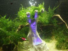 AquaThier - Mistery Tree Blue Spiky - Deko Höhle Versteck Ton LED Luft