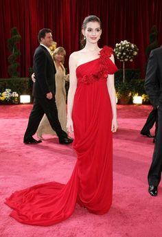 Pin for Later: Die 85 unvergesslichsten Kleider der Oscars – von 1939 bis 2015 Anne Hathaway bei den Oscars 2008 in Marchesa