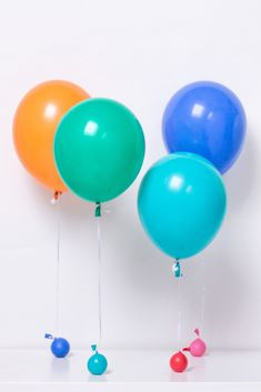 Forgot to buy balloons weights! Use a balloons as weights, they look cute and make adorable balloon weights. Perfect to use as weights for big Balloons. Paper Balloon, One Balloon, Rainbow Balloons, Balloon Backdrop, Balloon Garland, Cheap Helium Balloons, Bargain Balloons, Latex Balloons, Diy Balloon Weight