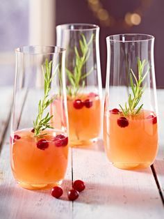 Sparkling Peach and Cranberry Cocktail Recipe Beverages with peach juice, cranberry juice, carbonated water, fresh cranberries, rosemary leaves Cranberry Cocktail, Rosemary Cocktail, Cranberry Juice, Cocktail Drinks, Cocktail Recipes, Drink Recipes, Blackberry Wine, Rosemary Recipes, Peach Juice