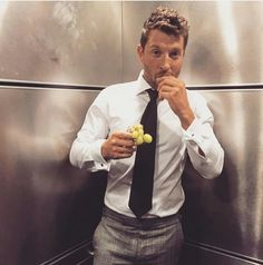 Sexy AF fully clothed. Country Music Artists, Country Singers, Brett Eldredge, Shake It For Me, Drums Of Autumn, Dapper Gentleman, Country Men, Music People, Book Tv