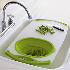Tabla para cortar y lavar sobre la pileta o fregadero