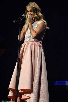 Carrie Underwood Photos - Carrie Underwood accepts the Gene Weed Special Achievement Award at the Annual ACM Honors at the Ryman Auditorium on September 2014 in Nashville, Tennessee. - Annual ACM Honors - Show Jennifer Love Hewitt Pics, Carrie Underwood Photos, Nice Dresses, Formal Dresses, Beauty Kit, Maternity Fashion, Country Music, My Idol, Carry On