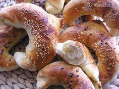 Cesnakové rožky a sézamové pletenky alebo dva z jedného cesta Bagel, Side Dishes, Food And Drink, Bread, Party, Hampers, Side Plates, Receptions, Breads