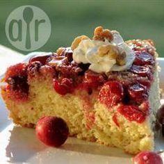 Umgedrehter Cranberry-Kuchen mit Pekannüssen - Ein toller Kuchen für Weihnachten oder den Advent. Der Boden der Kuchenform wird mit frischen Cranberries und Pekannüssen belegt und nach dem Backen gestürzt - der Kuchen sieht einfach toll aus und schmeckt fantastisch!@ de.allrecipes.com