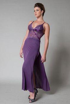 Camisola roxa com top em renda e fenda na perna em liganete de microfibra; R$ 137,50, na YasminLingerie.com.br