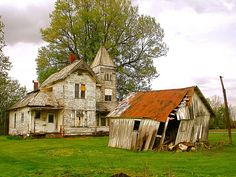 An unusual farmhouse for this turn of the century Ohio farming community. Abandoned Ohio, Abandoned Farm Houses, Old Farm Houses, Abandoned Places, Old Buildings, Abandoned Buildings, Beautiful Homes, Beautiful Places, Ohio House