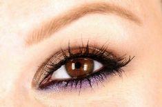 maquillage en doré et violet pour les yeux marrons