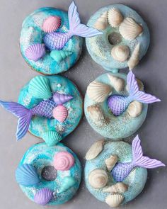We're flipping for these mermaid donuts created by vegan foodie 🍩🧜🏻‍♀️ Have you tried food with a mermaid twist? Kreative Desserts, Beaux Desserts, Mini Desserts, Unicorn Foods, Unicorn Donut, Cute Donuts, Delicious Donuts, Mermaid Cakes, Mermaid Parties