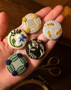 Hand Embroidery Flowers, Embroidery Works, Wool Embroidery, Flower Embroidery Designs, Crochet Brooch, Crochet Earrings, Terracota Jewellery, Wine Bottle Candles, Fabric Brooch
