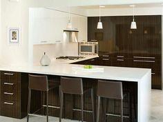 Bonne configuration pour une petite cuisine, car elle permet encore d'avoir un ilot.  Belle combinaison de blanc avec brun. Do aime le fait qu'il y ait + de fini metallique.